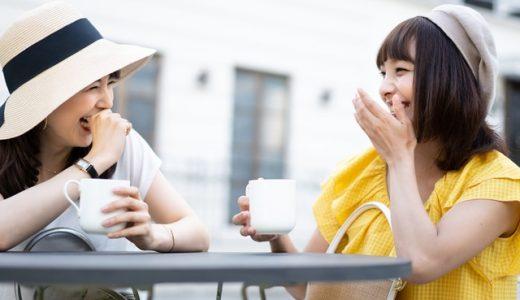 楽しく話す女性2人
